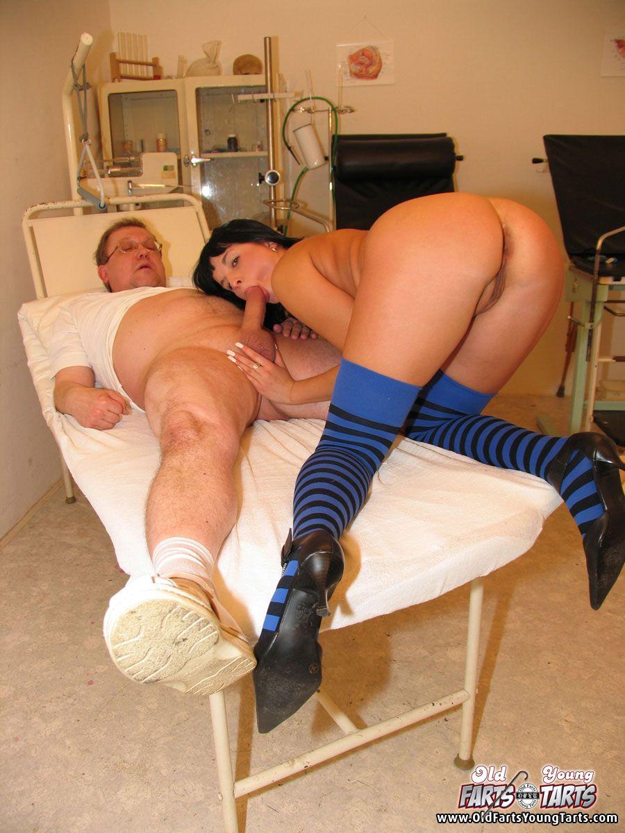 Секс молодой со старым доктором 7 фотография