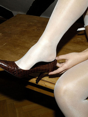 Bdsm sex. Blonde Jenni in stockings spreads. - Unique Bondage - Pic 6