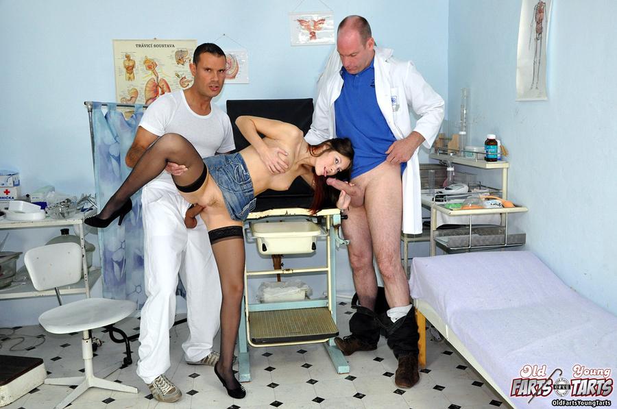 доктор на осмотре трахнул