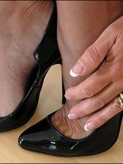 Horny mature. Mature feet in stockings. - Unique Bondage - Pic 1