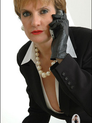 Mature female. Leather gloves boss. - Unique Bondage - Pic 3