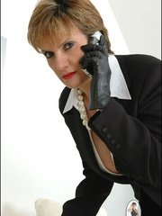 Mature female. Leather gloves boss. - Unique Bondage - Pic 4