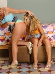 Lesbian. Blonde lesbian fucks a girl with a - Unique Bondage - Pic 4