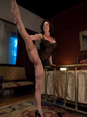 Sex machine porn. MILF SQUIRTER ALERT - - Unique Bondage - Pic 4