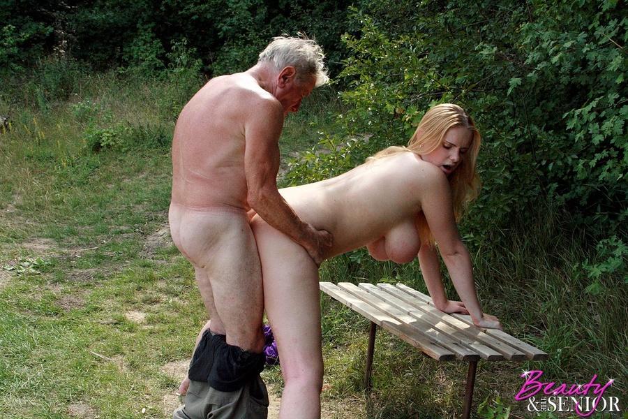 старый дед дерет красивую девушку