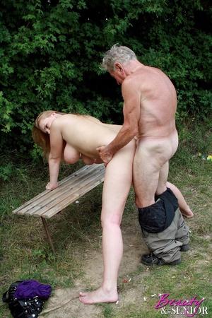 Фото дед ебет голую внучку