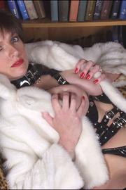 Fur latex and fishnets dominatrix - Unique Bondage - Pic 10