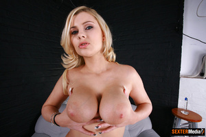 Busty blonde bimbo gets her sweet pink p - Picture 1