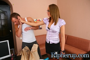 Deliveryman gets horny when hot secretar - Picture 3