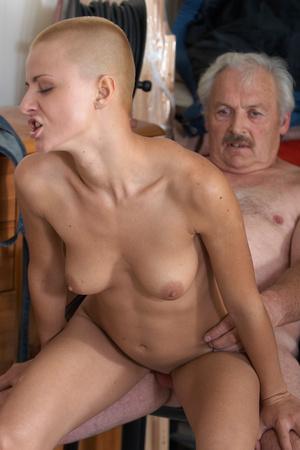 Лысый мужик трахает блондинку частное фото 31540 фотография